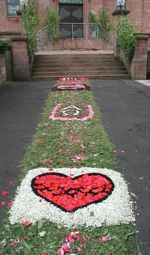 Kirche Blumenteppich